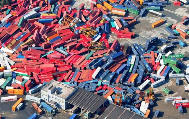 Nákladní kontejnery v průmyslovém areálu v Sendai