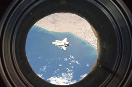 Discovery se vrací k zemi