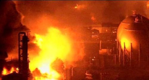 Požár rafinerie ve městě Ičihara
