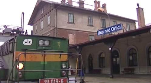 Nádraží v Ústí nad Orlicí a lokomotiva řady 111