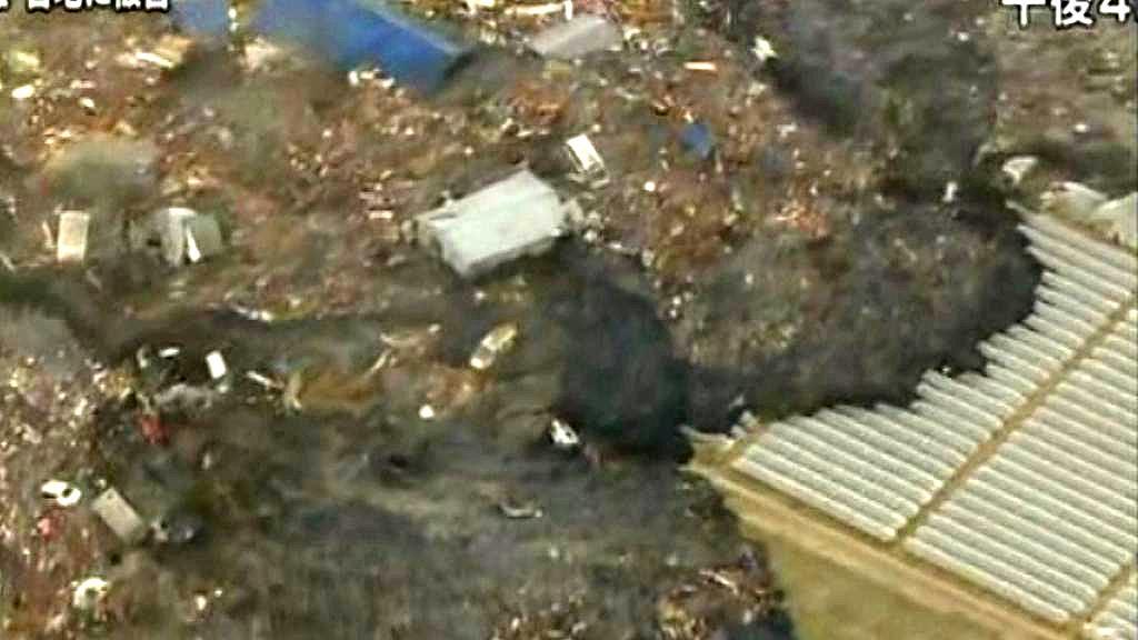 Tsunami přivalila obrovské množství trosek a odpadků