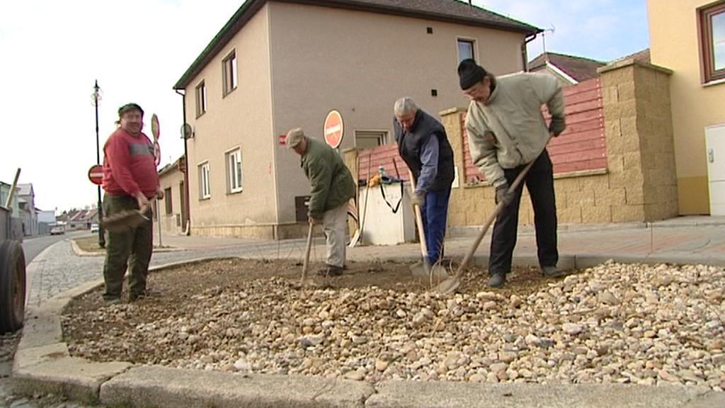 Úklid kamenů v Novém Bydžově