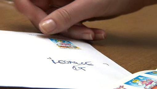 Lepení poštovní známky na dopis