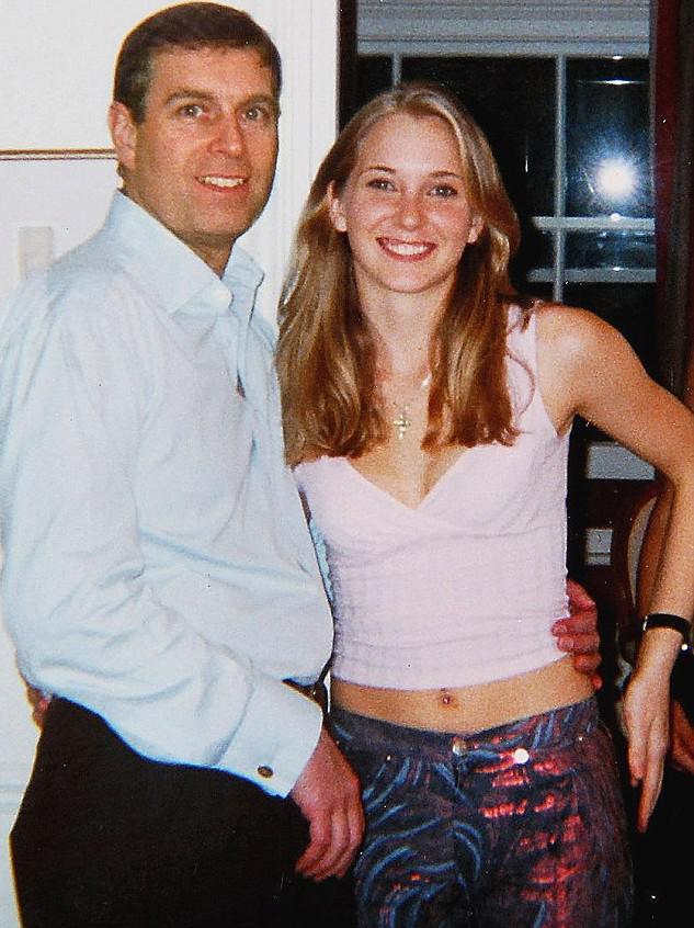Britská média zveřejnila fotografii z roku 2001, na které je vedle prince Andrewa i nezletilá prostitutka