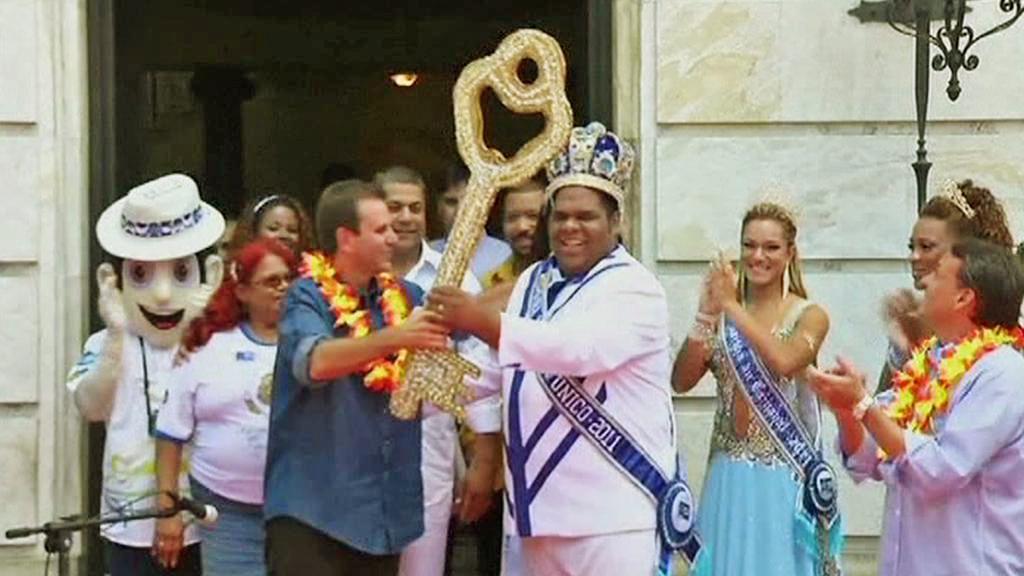 Starosta Ria předává symbolický klíč králi Momo