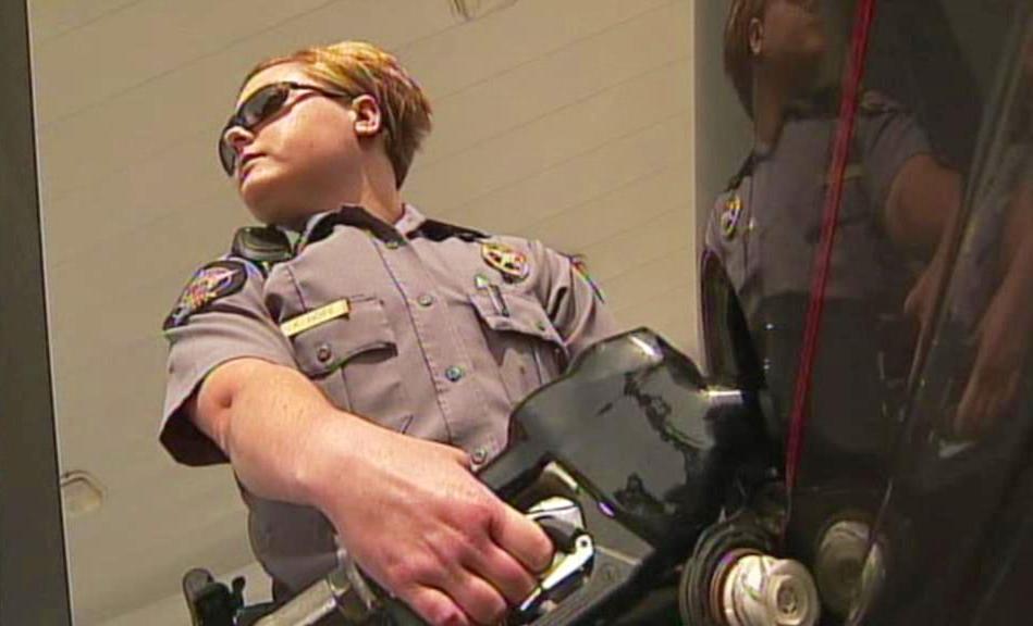 Tankující policistka