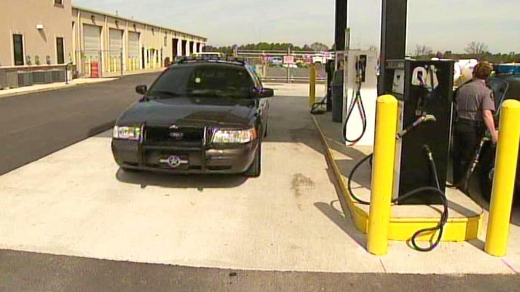Policejní vůz u čerpací stanice