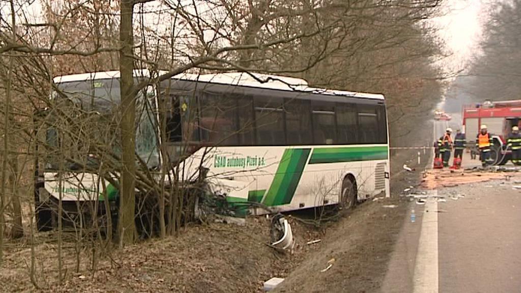 Autobus po střetu s autem