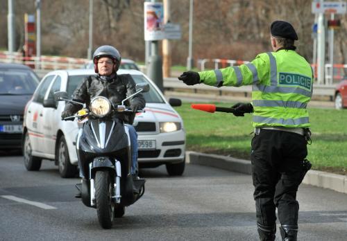 Policista zastavuje motorkáře