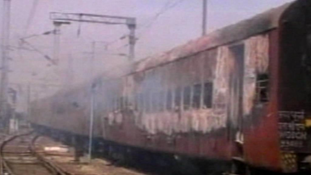 Indický vlak zničený ohněm