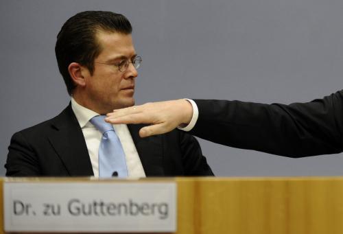 Karl-Theodor zu Guttenberg neustál kritiku za opsanou dizertační práci