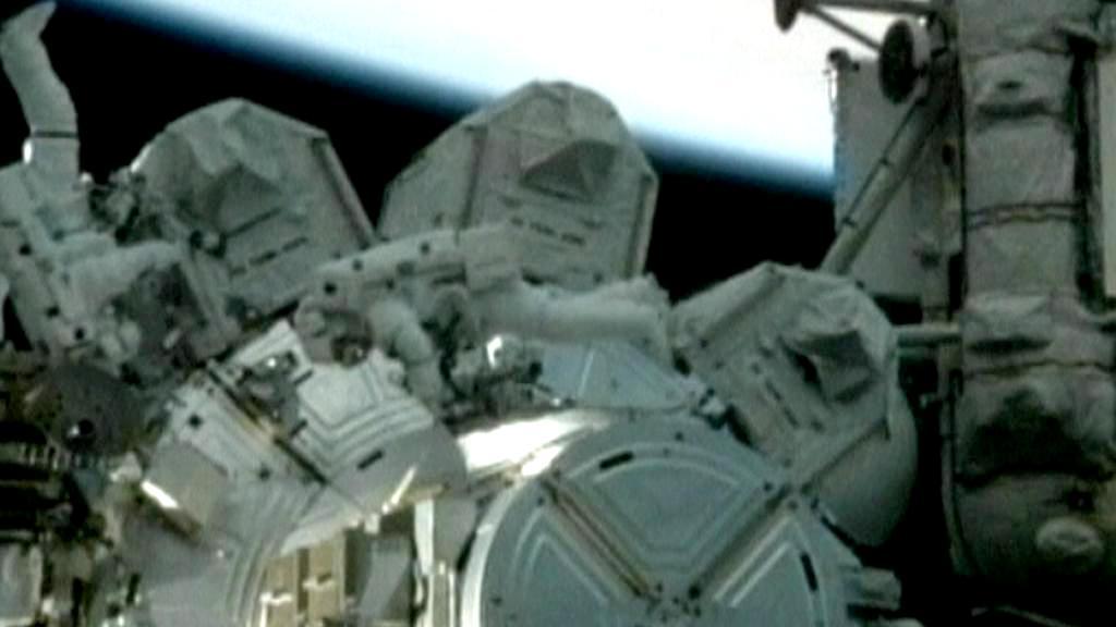 Astronauti z raketoplánu Discovery upravují ISS
