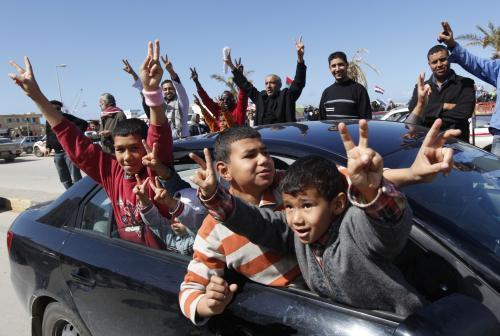 Mladí Libyjci slaví ve městě Benghází vítězství Kaddáfího odpůrců