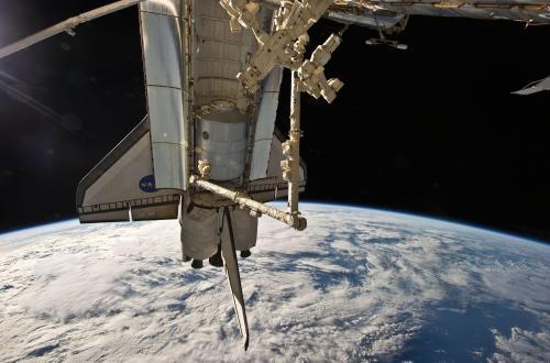 Raketoplán Discovery u ISS