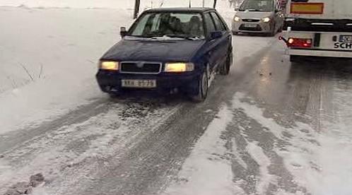 Auta na zledovatělé silnici