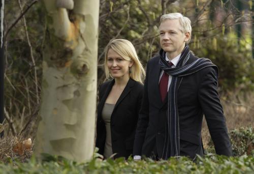 Julian Assange a Jennifer Robinsonová