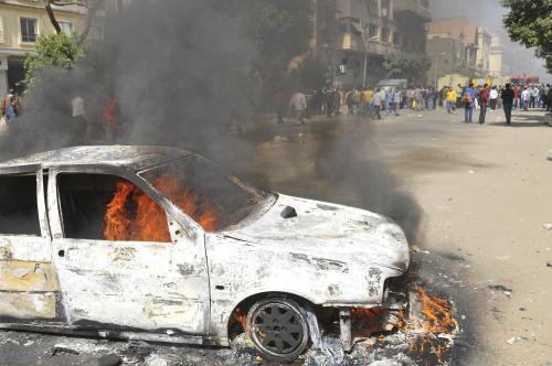 Propuštění egyptší policisté zapalovali v Káhiře auta a budovy