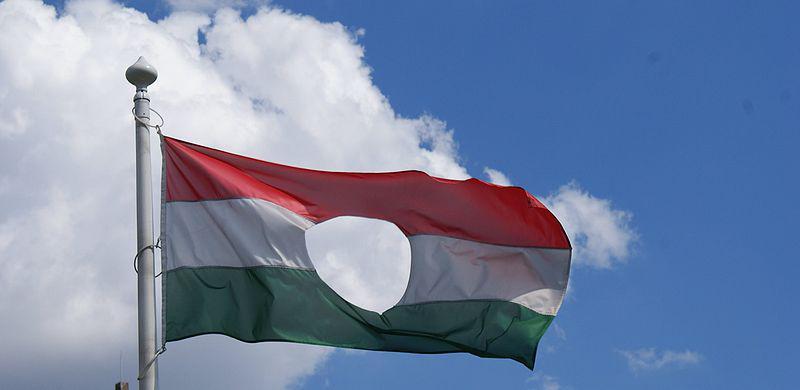 Vlajka Maďarska s vystřiženým Rákosiho znakem