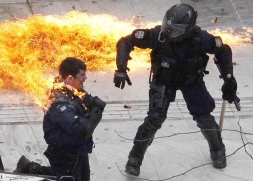 Řečtí policisti po útoku demonstrantů