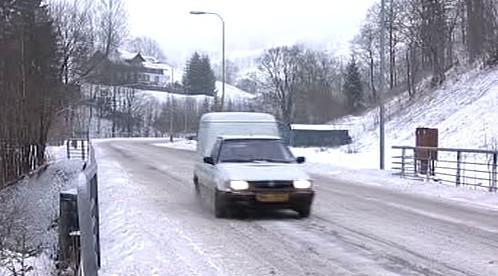 Auto na zledovatělé silnici