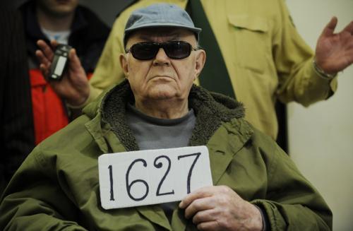 John Demjanjuk si k soudu přinesl tabulku s číslem, pod kterým ho evidovala KGB