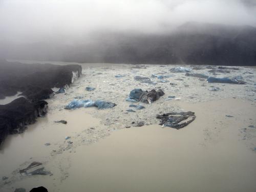Ledové kry na Tasmanově jezeře utvořené z odlomené části ledovce