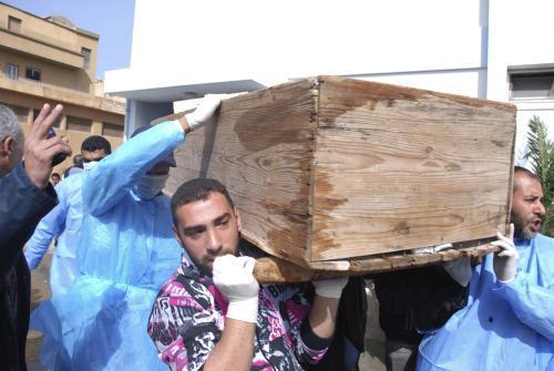 Libyjci odnášejí rakev s tělem jedné z obětí nepokojů ve městě Benghází
