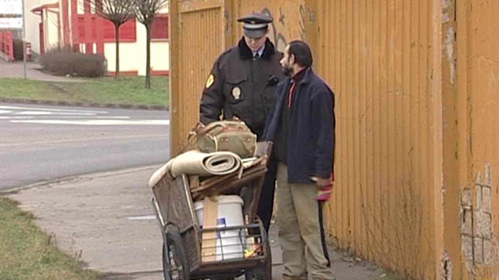 Policista při kontrole podezřelého sběru