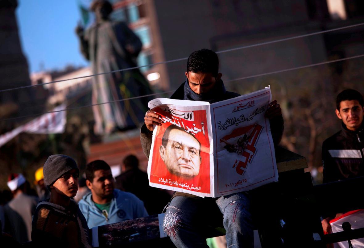 Husní Mubarak abdikoval
