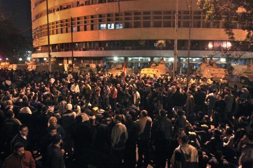 Egyptští demonstranti před budovou televize