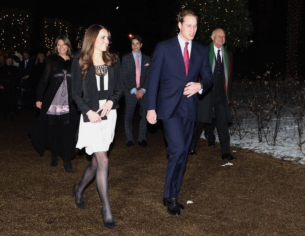Princ William s Kate Middletonovou při procházce parkem