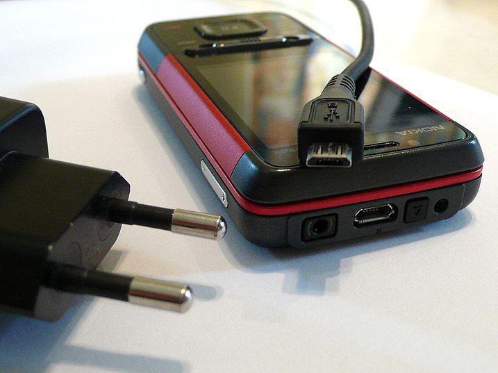 Mikro USB nabíječka na mobilní telefon