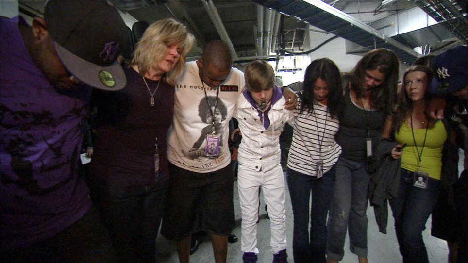Justin Bieber (uprostřed)