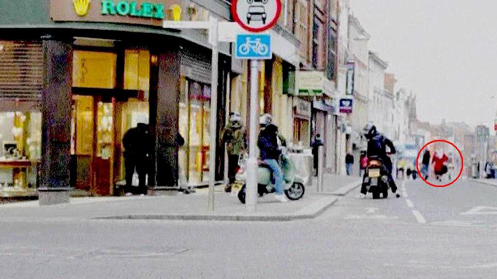 Britská babička zasahuje proti lupičům klenotů