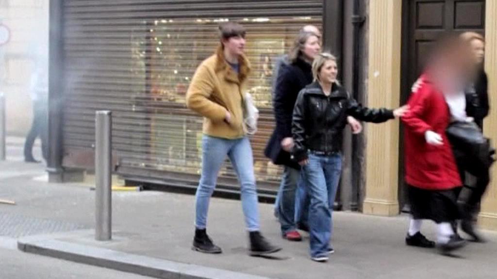 Britskou babičku po úspěšné likvidaci lupičů zdraví kolemjdoucí