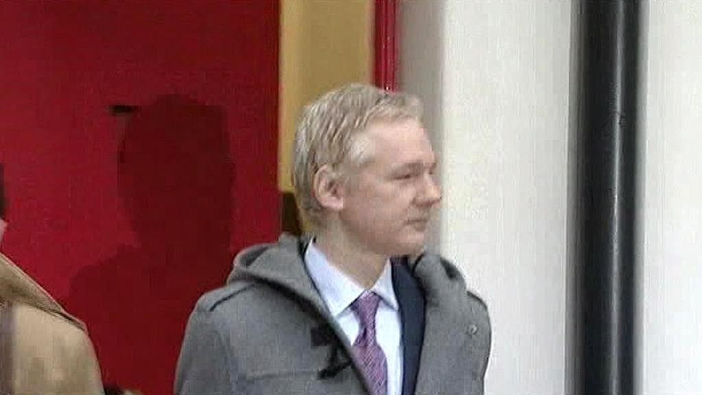 Julian Assange přijíždí k soudu