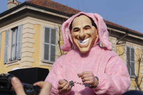 Demonstrant v Berlusconiho masce