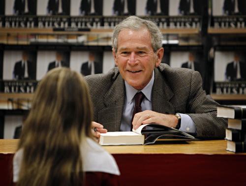 George Bush při autogramiádě svých pamětí