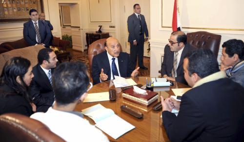 Viceprezident Sulajmán (uprostřed) při jednání s opozicí