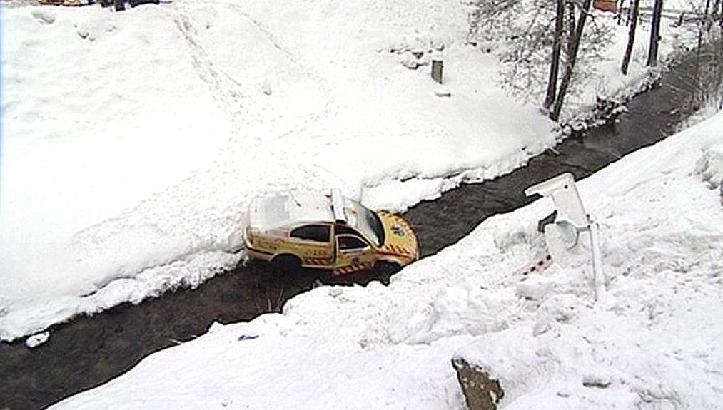 Vůz záchranné služby zaklíněný v korytě