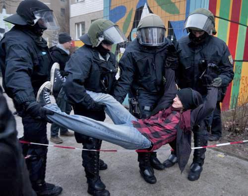 Německá policie zasahuje proti squatterům z Friedrichshainu