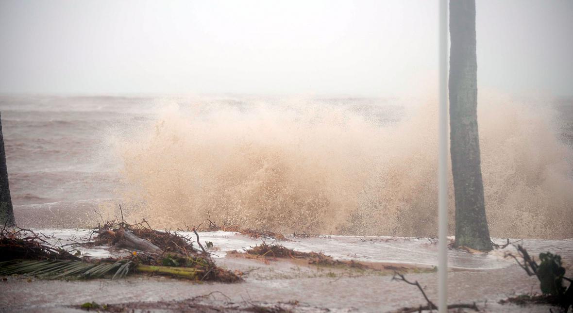 Cyklon Yasi udeřil na pobřeží Austrálie