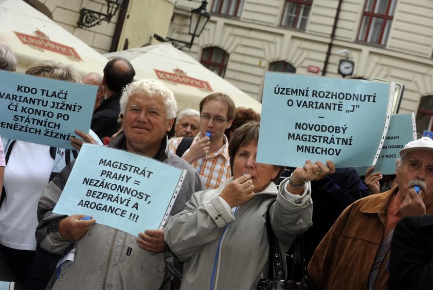 Demonstrace proti silničnímu okruhu přes Suchdol
