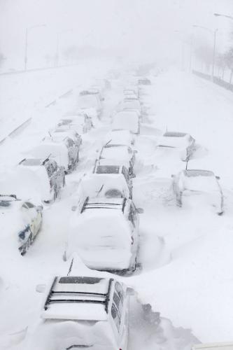 Sněhová bouře uvěznila auta na dálnici u Chicaga