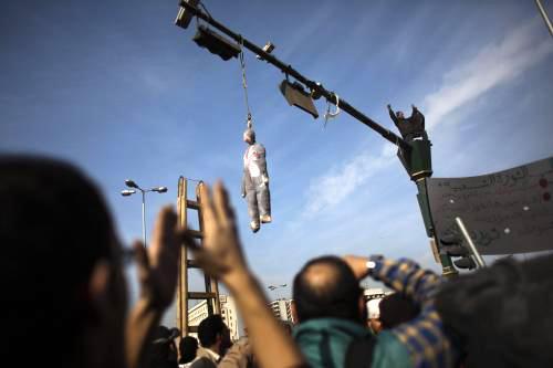 Egyptští demonstranti věší Mubarakovu figurínu