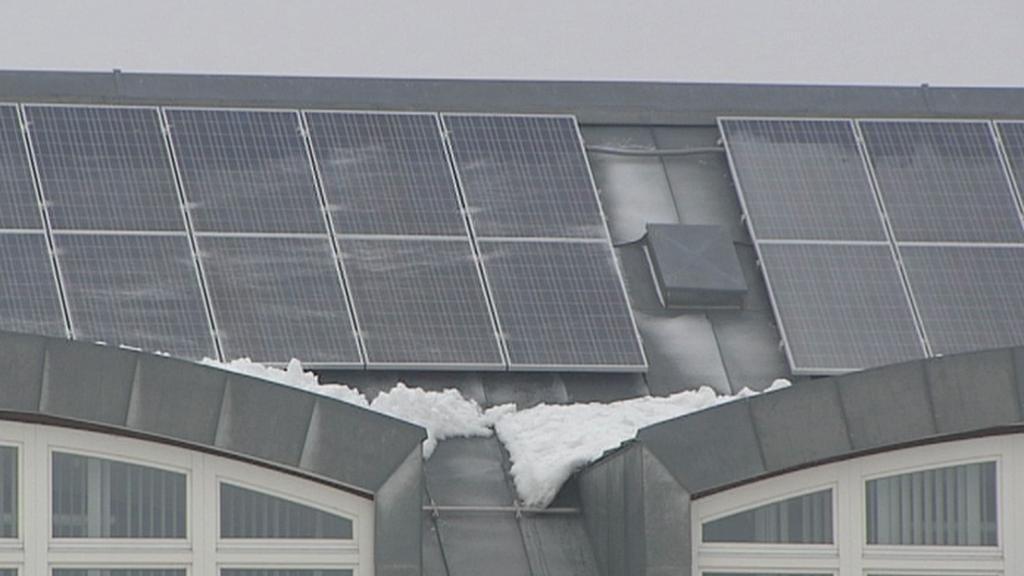 Solární panely na střeše školy