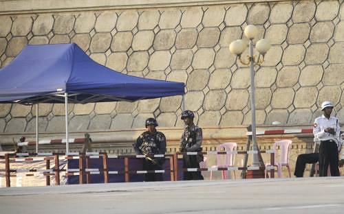 Vojáci před budovou parlamentu