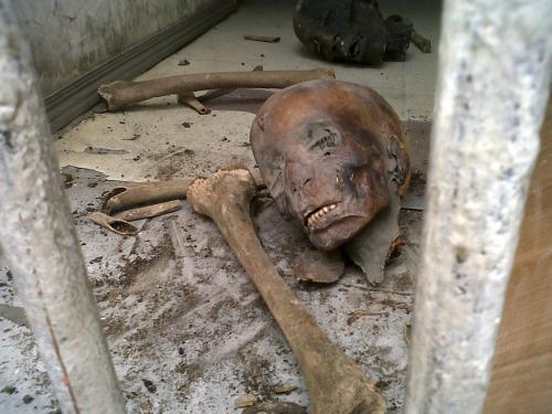 Poškozená mumie v Egyptském muzeu v Káhiře