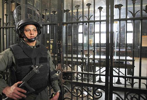 Voják střeží Egyptské muzeum v Káhiře