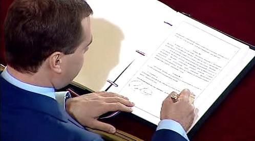 Medvěděv podepisuje smlouvu o omezení jaderných zbraní
